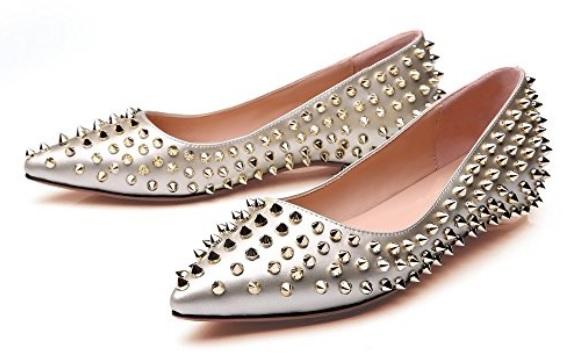 Zapato plateado con tachuelas